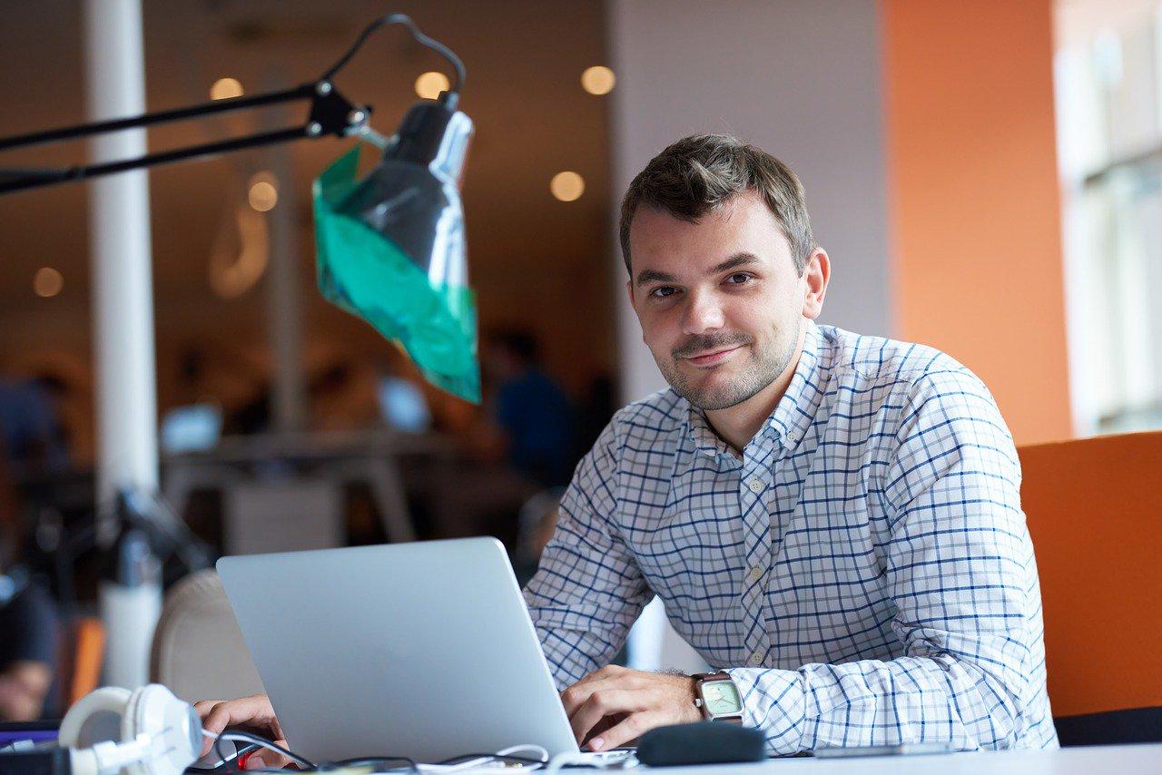 ondernemer_kleine ondernemer_zzp'er_zzp_flexibel_arbeid_man_computer
