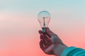Innovatiebox_hervorming_innovatie||Innovatie_werk_overleg_brainstorm_bespreking||Innovatie_gloeilamp_lamp_licht